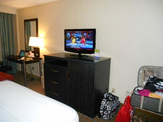 Holiday Inn Express Hotel & Suites Ft Lauderdale - Plantation: Television and minibar