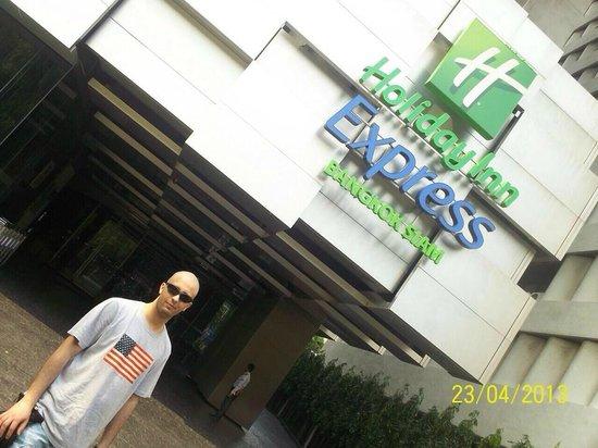 Holiday Inn Express Bangkok Siam: Hotel Entrance
