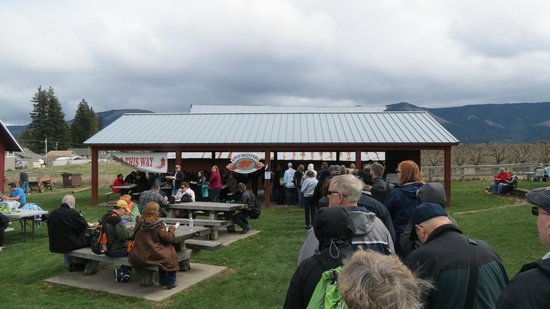 Apple Valley BBQ: Apple Valley outdoor BBQ, April in Parkdale, OR
