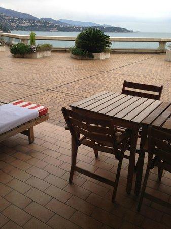 Fairmont Monte Carlo: Столик и шезлонг на террасе