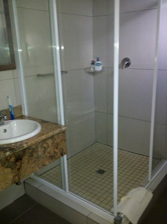 Protea Hotel Hluhluwe & Safaris: spacious bathroom