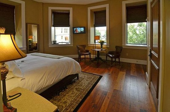 Bleckley Inn : Plaza room 105 with king bed and full bath