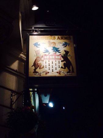 Skinners Arms : Sign above entrance