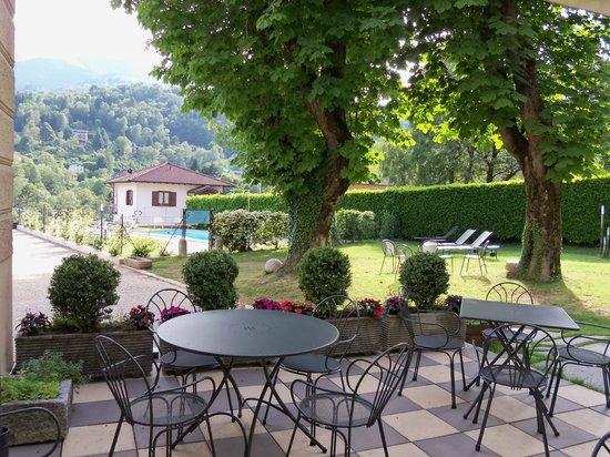 Albergo Ristorante La Torre : veduta giardino e piscina dalla terrazza