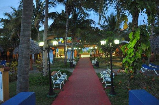 Brisas Trinidad del Mar: road to front office from rooms