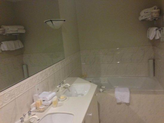 Lord Elgin : Churchill Suite Main Bathroom