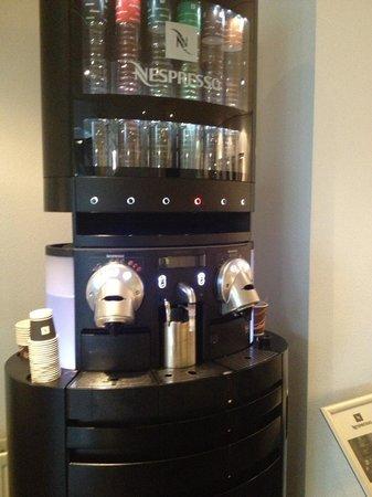 WestCord Art Hotel Amsterdam : Macchina del caffè nella hall