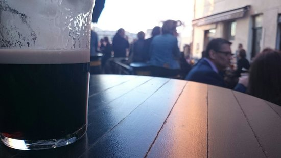 Pub O'Malleys : Guinness and crowd in the sunset
