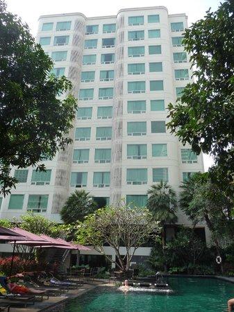 Sukhumvit 12 Bangkok Hotel & Suites : La façade côté piscine