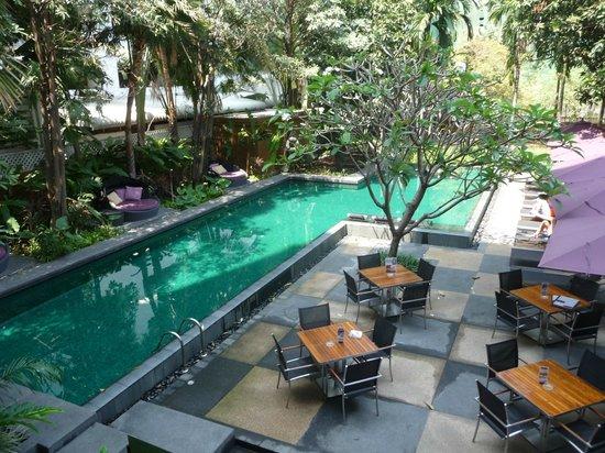Sukhumvit 12 Bangkok Hotel & Suites : La piscine et la terrasse du restaurant.