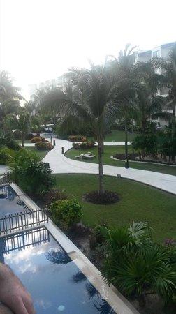 Dreams Riviera Cancun Resort & Spa: Walkway