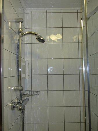 Wardonia Hotel : Shower - plenty of hot water and good stream
