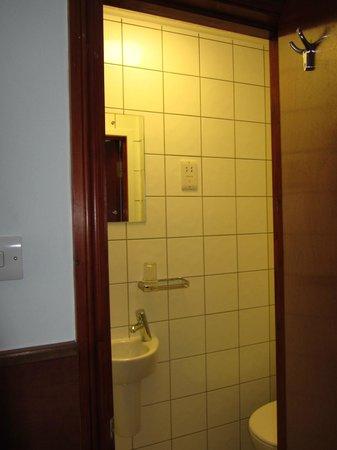 Wardonia Hotel : Entrance to bathroom including small handbasin