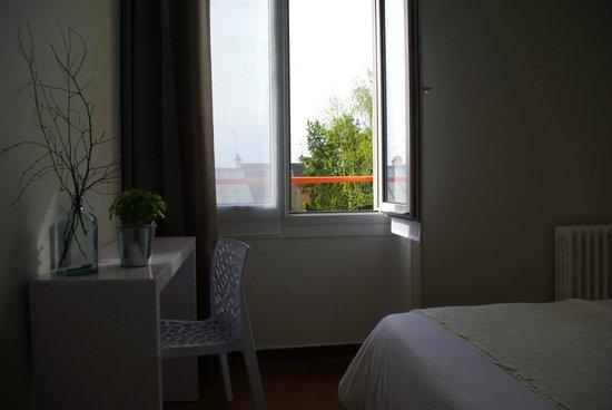 Hotel d'Arvor: Bureau et vue de la chambre n°4 (douche et WC)