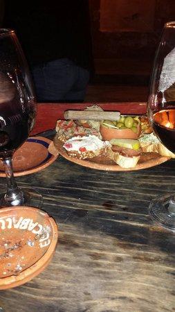 La Vina de Bacco: Tapas offertes avec 1 bouteille de vin