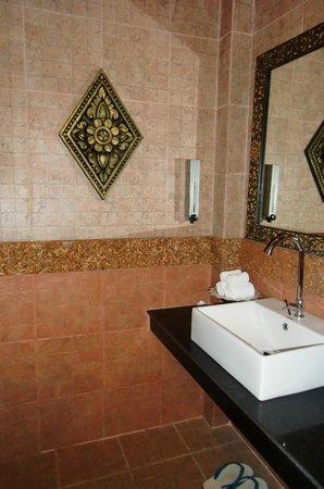 Golden Temple Hotel: Baño completo