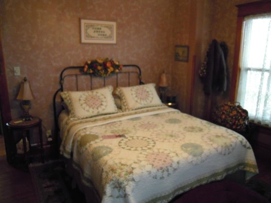 Steever House Bed and Breakfast : Rose Room - lovely with view toward the front of the house