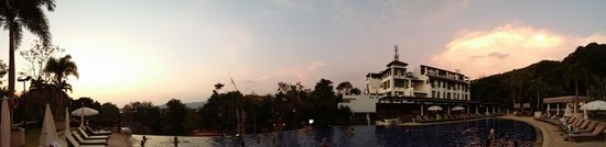 Pakasai Resort : Coucher de soleil sur la piscine