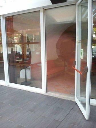 Alcazar Hotel & SPA: doors open to the lounge