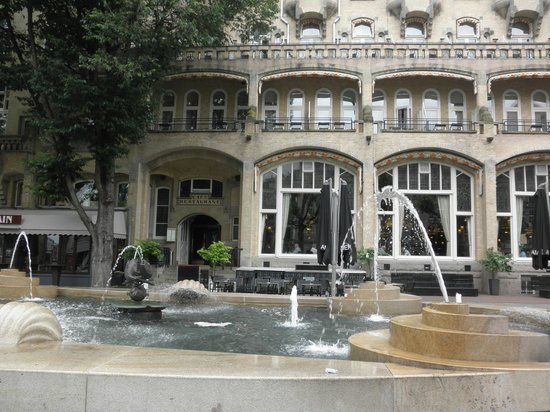 Hampshire Hotel - Amsterdam American: カフェ・アメリカンのテラス席は噴水の目の前