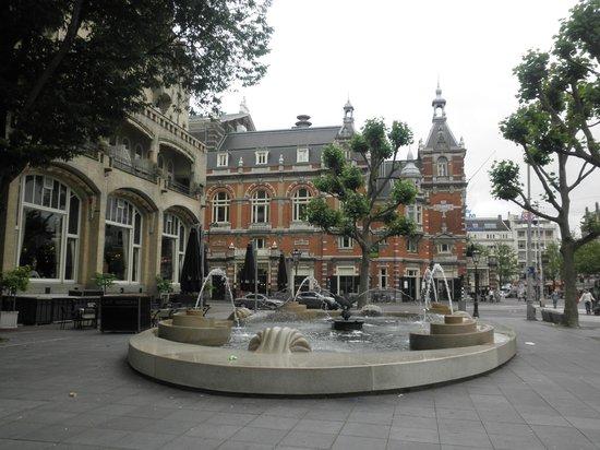 Hampshire Hotel - Amsterdam American: カフェ・アメリカン前の噴水と市立劇場