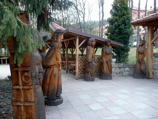 Lysec: Woos statues in hotel park