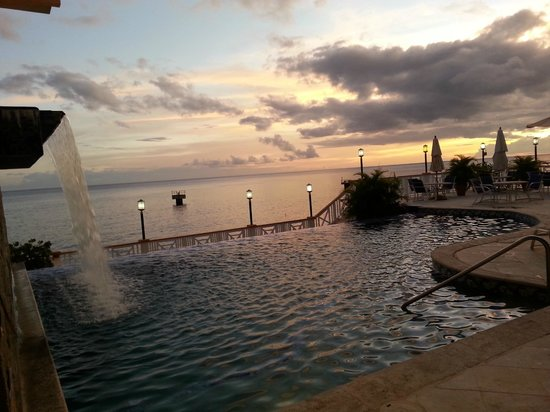Fort Young Hotel : Sunset at the pool