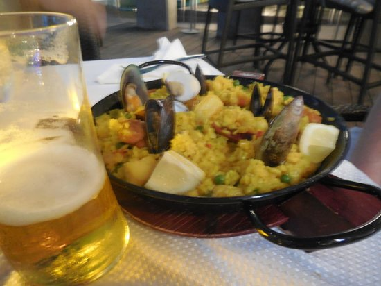 Courtyard Isla Verde Beach Resort: Paella at beachfront restaurant