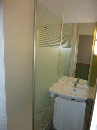 Ibis Budget Toulouse Centre : Salle de bain satisfaisante