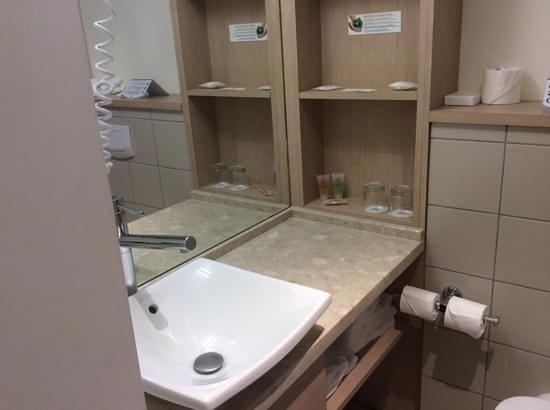 Best Western Plus Vannes Centre Ville : salle de douche