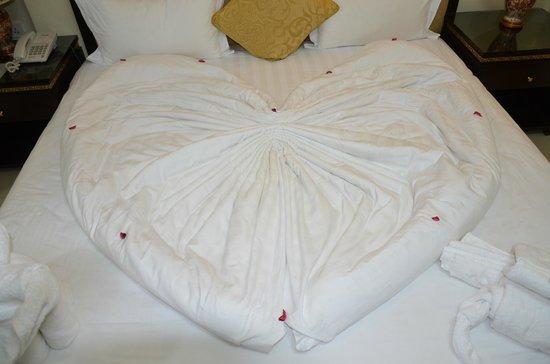 Cedar Hotel : Bed decoration on arrival