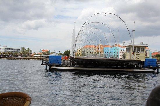 Königin-Emma-Brücke: Bridge returning after opening for ship to pass through