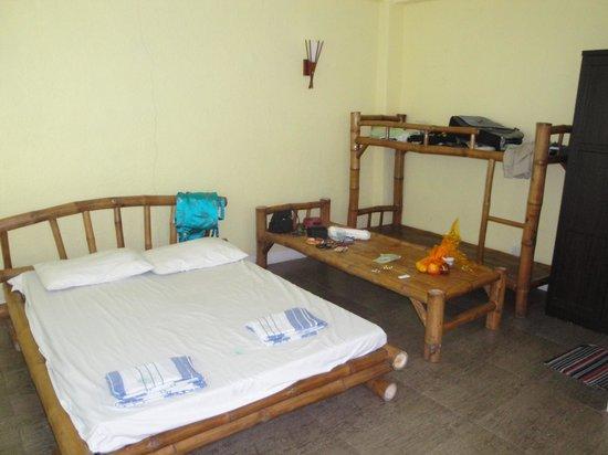 Moalboal Beach Resort: Bamboo and rustic room