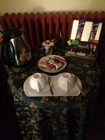 Cornerstones Guesthouse: tea & coffee in room