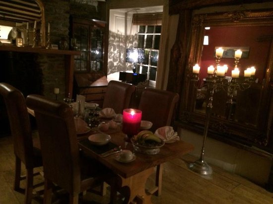 Cornerstones Guesthouse: dining area at night