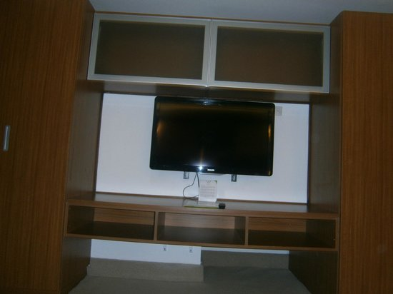 Weston Suites Hotel: TV habitación
