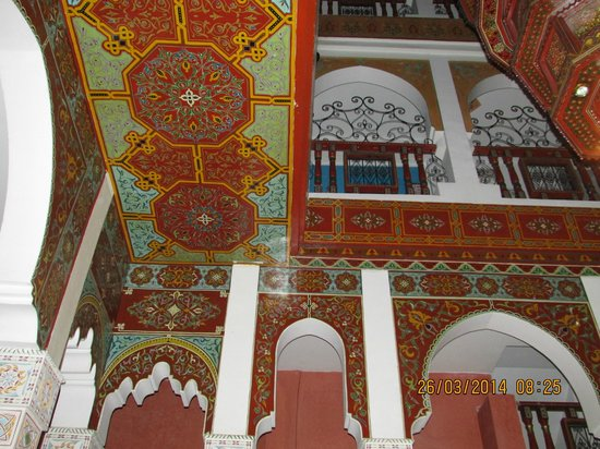 Moroccan House Hotel: The ceiling in the hotel lobby