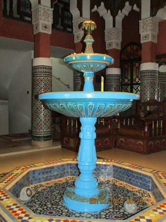 Moroccan House Hotel: Fountain in hotel lobby