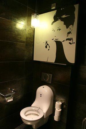 Le Parvis: les toileettes unique du parvis a chartres