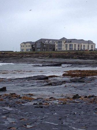 Armada Hotel: The stoney beach beside the hotel