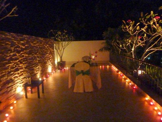 Tara Angkor Hotel: Candlelit meal above the pool