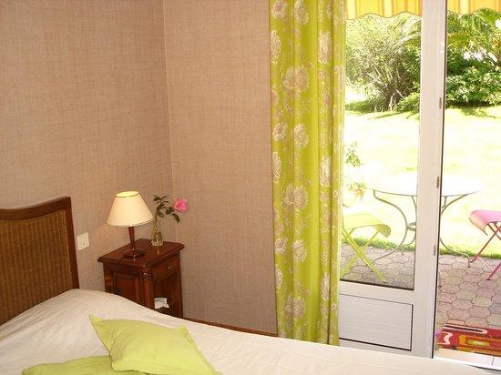 Chambres d'hotes Ladeuix: chambre lit en 160 avec terrasse