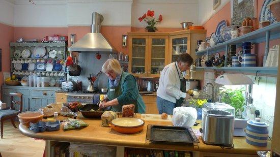Fox Hill Bed & Breakfast: Sue & Tim making dinner