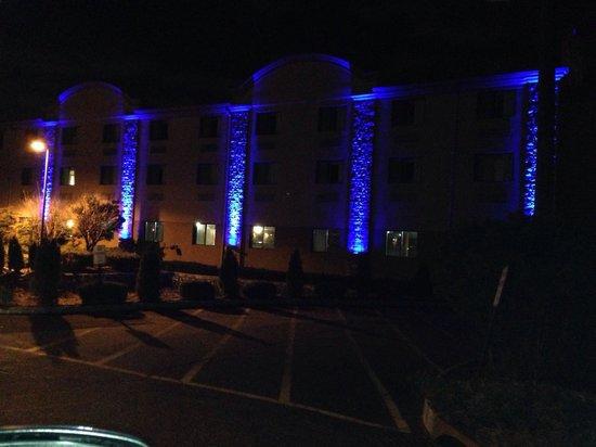Comfort Inn : Unique Outdoor Lighting