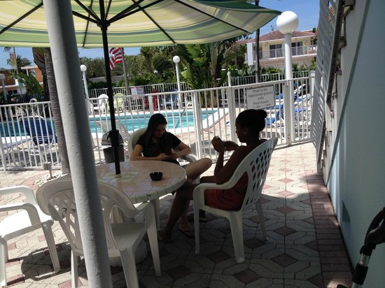 Great Escape Inn: my daughter and her friend by the pool