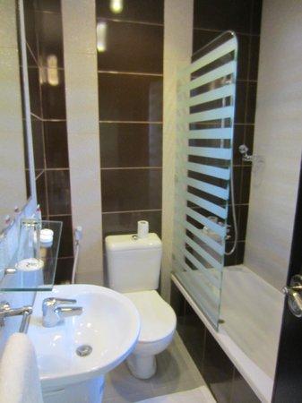 Rae'd Hotel Suites: Great bathroom