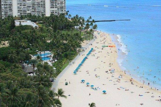 Hilton Hawaiian Village Waikiki Beach Resort : The view from our balcony.