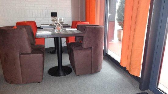 Le TORIL : Table sur baie vitrée