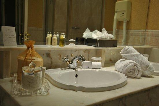 Hayfield Manor Hotel : Sink room 109