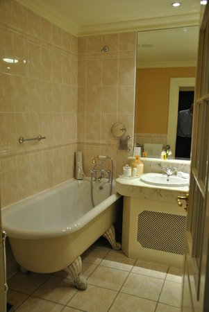 Hayfield Manor Hotel : Bath tub and sink room 109